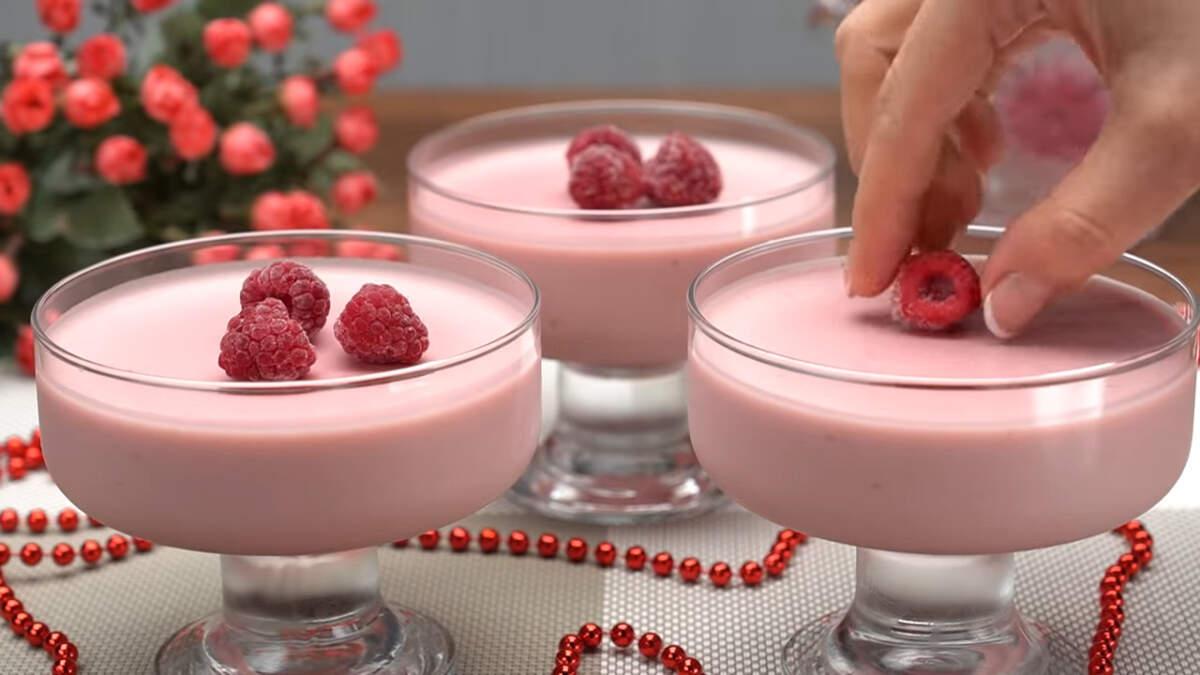 Застывший десерт украшаем сверху ягодами малины. Десерт готов, можно подавать на стол.