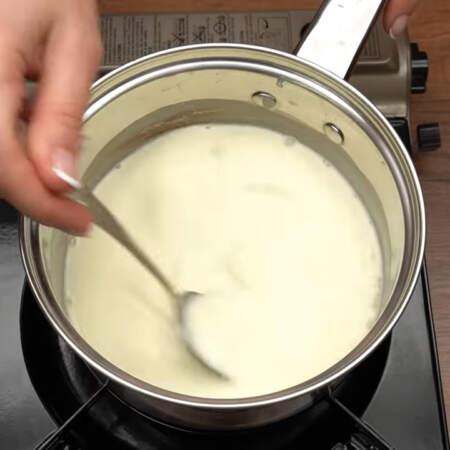 Сливки с сахаром нагреваем примерно до 80 градусов, доводить до кипения их не нужно.