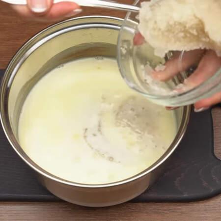 Горячие сливки снимаем с огня и добавляем к ним разбухший желатин.