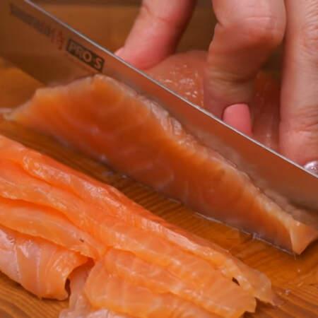 Берем кусочек красной соленой рыбы и нарезаем ее пластинками. Мне для 10 тарталеток понадобилось примерно 50 г семги.