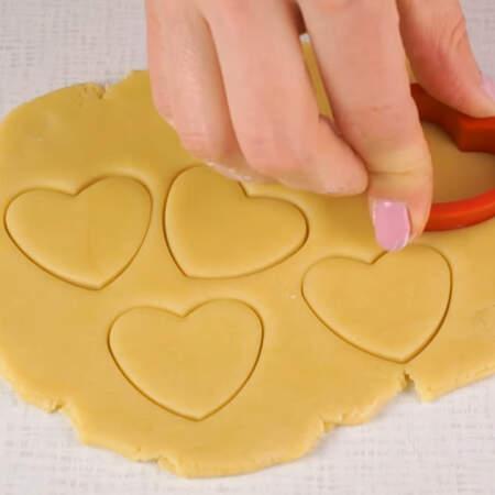 """Из остатков теста можно сделать печенье """"Сердечки""""."""