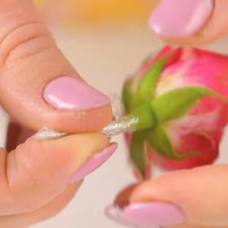 Подготовим живые цветы для украшения торта. Каждый стебелек цветка аккуратно заматываем в пищевую пленку.