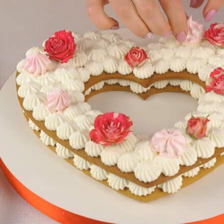 Сверху украшаем торт подготовленными цветами, безе, маленьким зефиром, сердечками из мастики и кондитерскими бусинками.