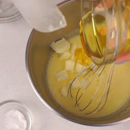 В получившуюся смесь добавляем сливочное масло, мед и соду.
