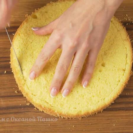 Бисквит уменьшаем в диаметре, отрезая от края бисквита по кругу около одного см. Если этого не сделать, то сбоку  торта будет виден бисквит.