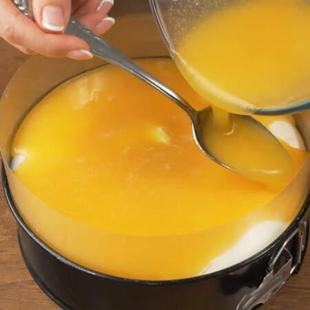 Сверху на сливочный крем аккуратно выливаем подготовленное пюре из абрикосов. Наливать желательно по одной ложке или лить на ложку опущенную в самый низ к сливочному крему. Если вылить пюре с высоты, то образуется ямка в белом слое.