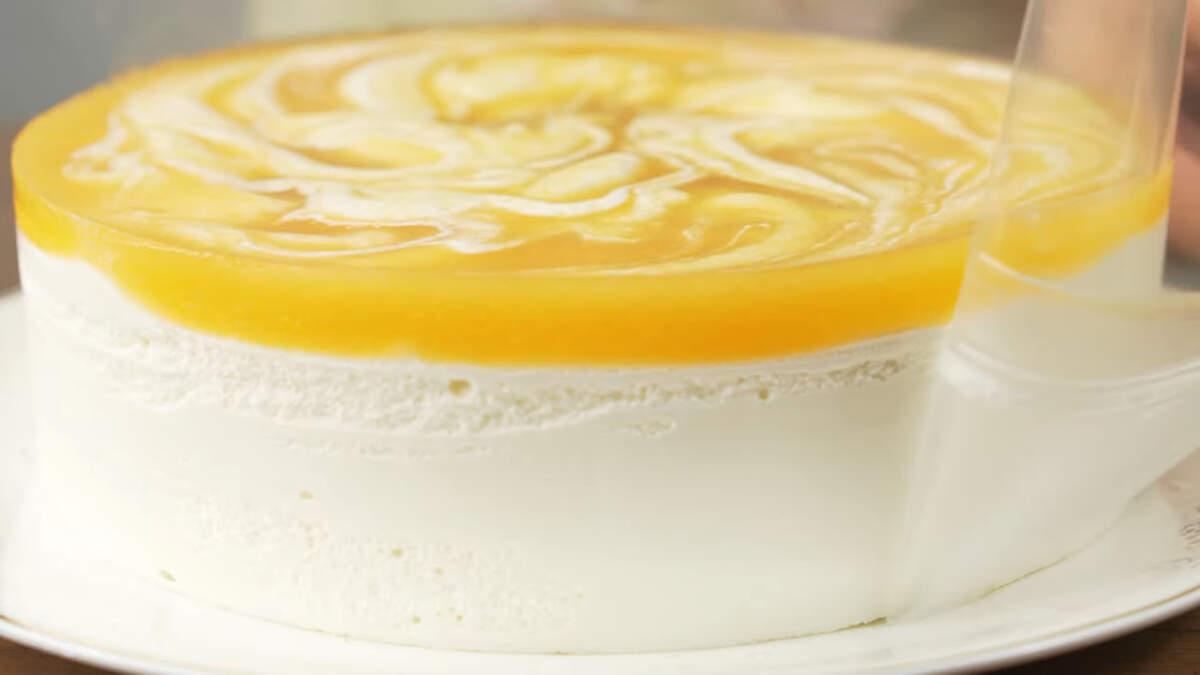 Торт застыл, вынимаем его из формы. Переставляем торт на блюдо и снимаем ацетатную пленку. Торт готов, можно подавать на стол.
