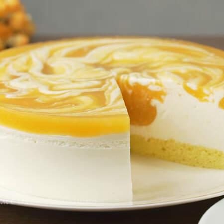 Творожный торт с абрикосовым пюре получился красивым и вкусным. Тонкий слой мягкого бисквита, нежный сливочно-творожный крем и абрикосовое пюре с легкой кислинкой никого не оставит равнодушным.