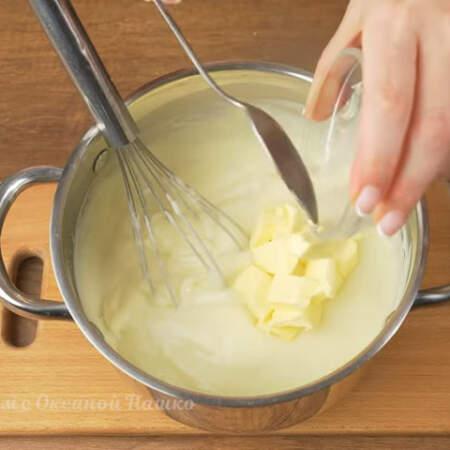 Когда крем загустеет и закипит снимаем его с огня. Сразу же в крем добавляем 50 г сливочного масла и 10 г ванильного сахара.