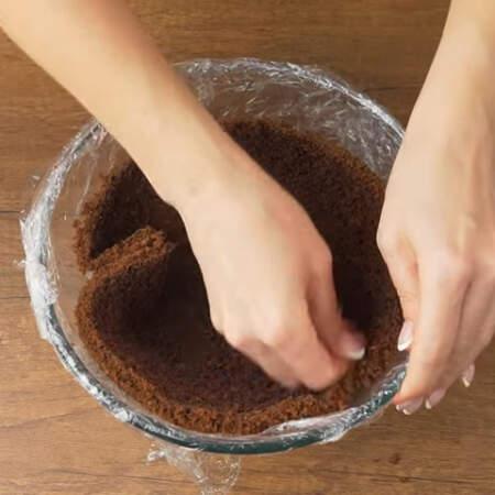 В миску аккуратно кладем один из бисквитных коржей. Я кладу тот что потоньше.