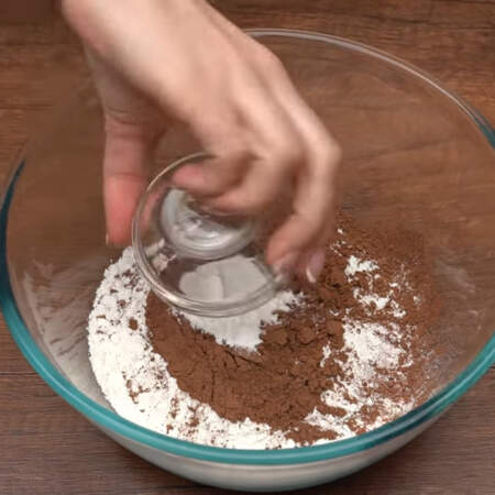 Сначала испечем шоколадный бисквит. Смешиваем сухие ингредиенты. В миску насыпаем 160 г муки, 40 г какао и 10 г разрыхлителя.
