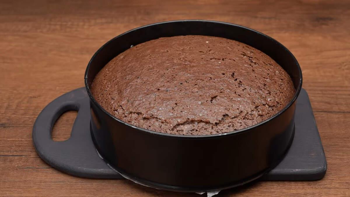 Бисквит вынимаем из духовки и даем ему остыть.