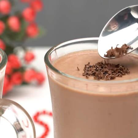 Застывший десерт сверху украшаем тертым шоколадом.