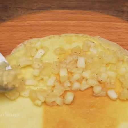 Начиняем блины. Берем один блинчик и выкладываем на него примерно 1 ст. л. яблочной начинки. Начинку кладем только на половину блина.