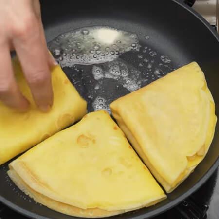 Разогретую сковороду смазываем сливочным маслом и выкладываем 4 начиненных блинчика.