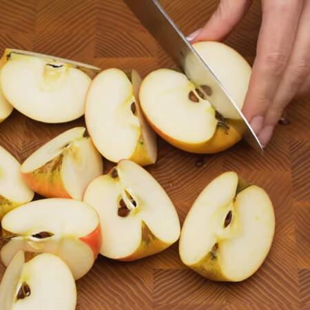 Пока отдыхает тесто, приготовим яблочную начинку. 1 кг яблок моем и разрезаем на четвертинки.