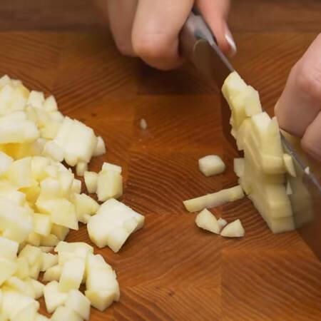 Очищенные яблоки нарезаем маленькими кубиками.