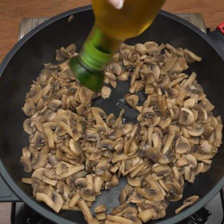 Когда жидкость испарилась, наливаем в сковороду немного растительного масла.