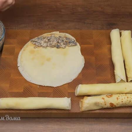 Начиняем блины. Кладем блин и на него выкладываем с одной стороны примерно 2 ст. л. грибной начинки.