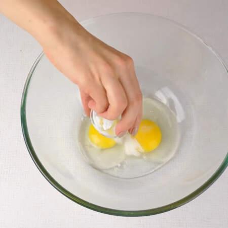 Сначала приготовим блины. В миску разбиваем яйца, добавляем сахар и соль.