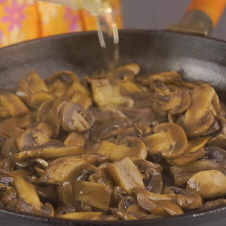 Как только вся жидкость испарилась, уменьшаем огонь до среднего, добавляем немного подсолнечного масла и еще немного жарим.