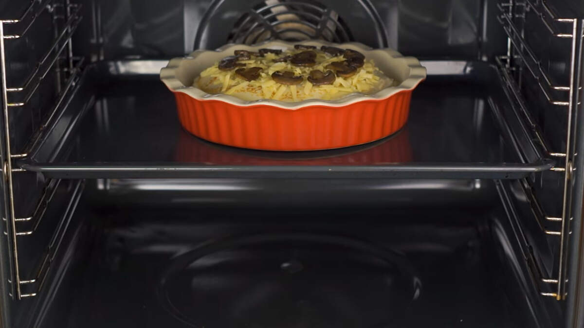 Блинный торт ставим в разогретую духовку до 180 градусов. Запекаем примерно 15-20 минут.