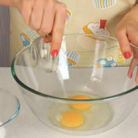 Сразу хочу предупредить, что все ингредиенты, из которых будем замешивать тесто для блинов, должны быть комнатной температуры. Яйца разбиваем в миску и сюда же добавляем сахар и соль.