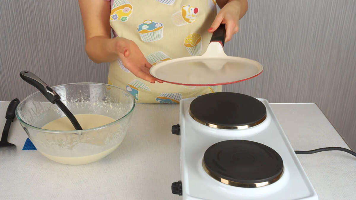 Выпекать блины я буду на сковороде, которая предназначена специально для выпекания блинов. Если вдруг вы захотите купить такую сковороду, то обратите внимание, что она должна быть тяжелая. Это значит, что у нее толстое дно. На легкой сковороде с тонким дном блины будут гореть и не будут у вас получаться. Но также блины можно выпекать и на самой обычной сковороде, которая у вас есть.