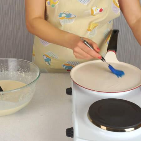 Сковороду ставим на огонь и перед первым блином смазываем ее подсолнечным маслом. Ждем пока сковорода накалится.