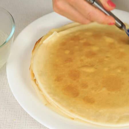 Пока блин еще горячий смазываем его сверху растопленным сливочным маслом. Сливочное масло придаст блину нежный сливочный аромат и замечательный вкус.
