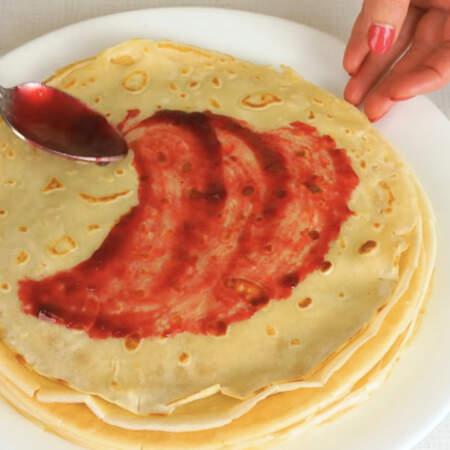 Блины также можно сделать и сладкими, добавив 2-2,5 ст. л. сахара при замесе в тесто. В блины можно завернуть любую начинку - мясую, рыбную, грибную, овощную. Или сладку начинку - творожную, фруктовую, ягодную.