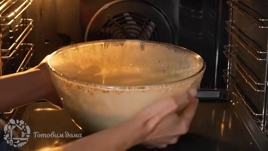 Тесто снова накрываем пищевой пленкой и ставим в теплое место на 20-30 минут.