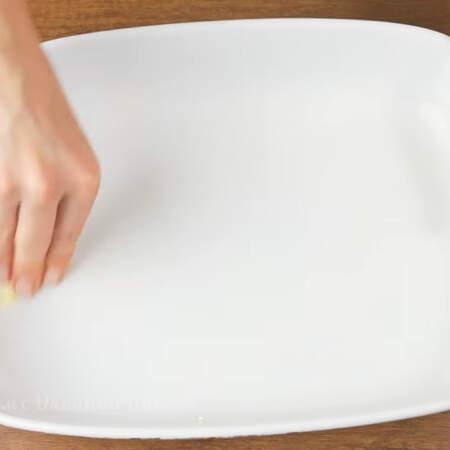 Форму для выпечки смазываем сливочным маслом. Размер моей формы 24 * 32 см.