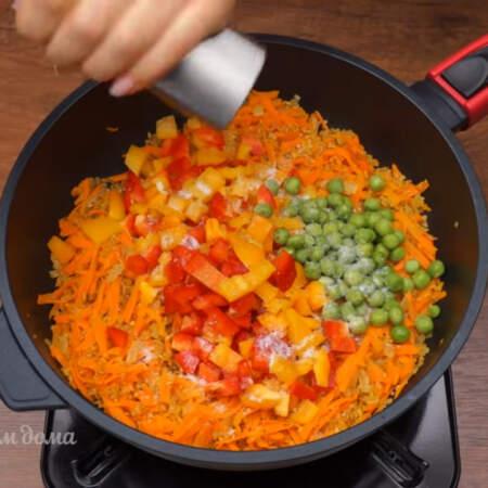 Сюда же добавляем нарезанный перец и 50 г зеленого замороженного горошка. Все солим примерно половиной столовой ложки соли и перчим по вкусу.
