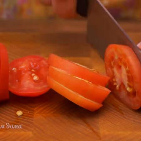2 небольших помидора нарезаем кружочками
