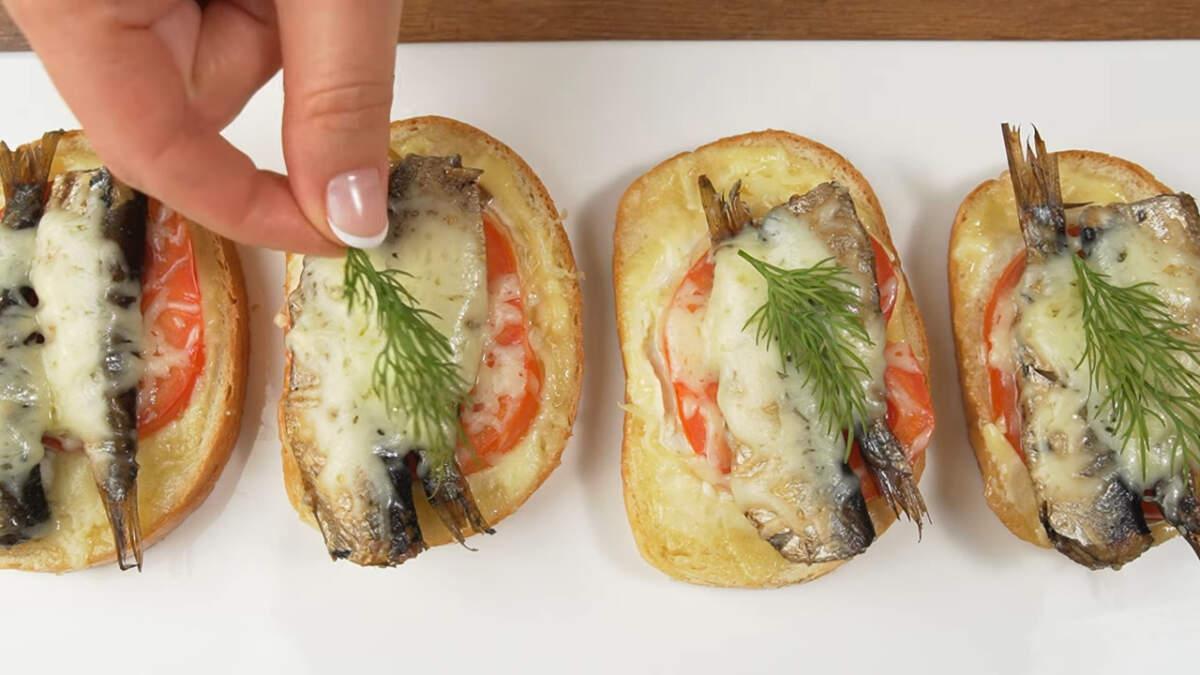Горячие бутерброды перекладываем на блюдо и украшаем зеленью, я украсила небольшими веточками укропа. Подаем на стол. Из этого количества ингредиентов получается 12 бутербродов.