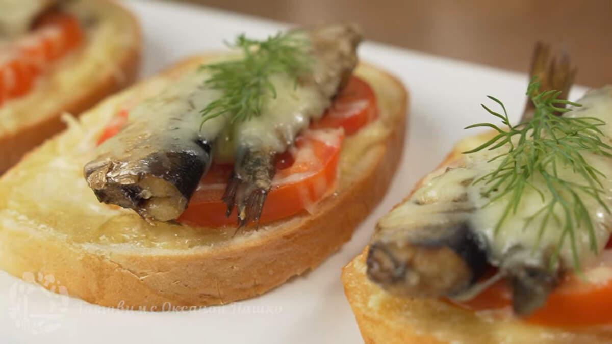 Бутерброды со шпротами получились очень вкусными, ароматными и красивыми. Они вкусные как в горячем так и в холодном виде. Такое блюдо не раз выручит хозяйку, когда нужно приготовить что-то быстрое, сытное и вкусное.