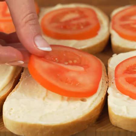На каждый кусочек выкладываем кружочки помидора. Если помидоры небольшие, то кладем по два кружочка.