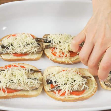 Бутерброды перекладываем в форму для запекания или на противень.