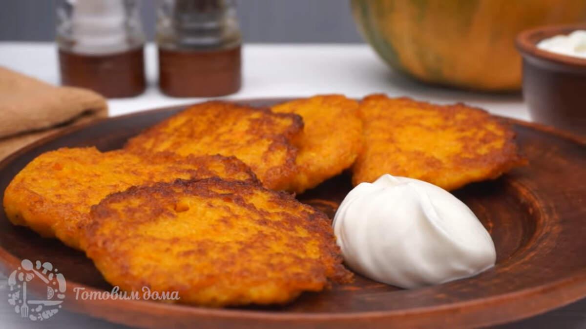 Тыквенно - картофельные драники получились очень вкусными, необычными и сытными. Подается блюдо теплым и со сметаной. Такое блюдо выходит экономным и готовится просто. Если вы готовите на большую семью, то ингредиенты нужно увеличить вдвое.
