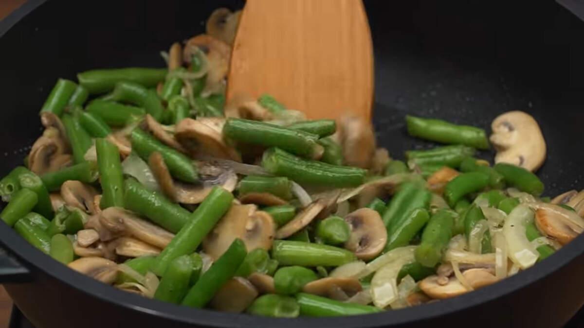 Перемешиваем и готовим на небольшом огне еще 2-3 минуты. Блюдо готово можно подавать на стол.
