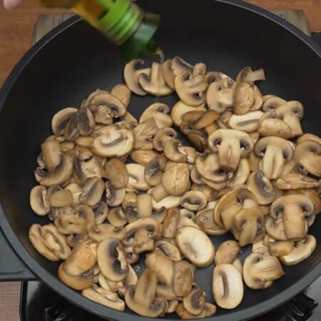 После того, как жидкость испарилась, в сковороду наливаем немного растительного масла.