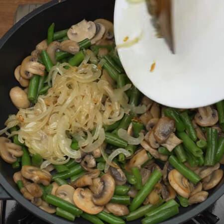 Сюда же в сковороду добавляем пассерованный лук.