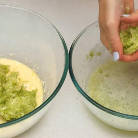 Натертые кабачки уже пустили сок, хорошо отжимаем его руками и кладем в миску с творожно-яичной смесью.