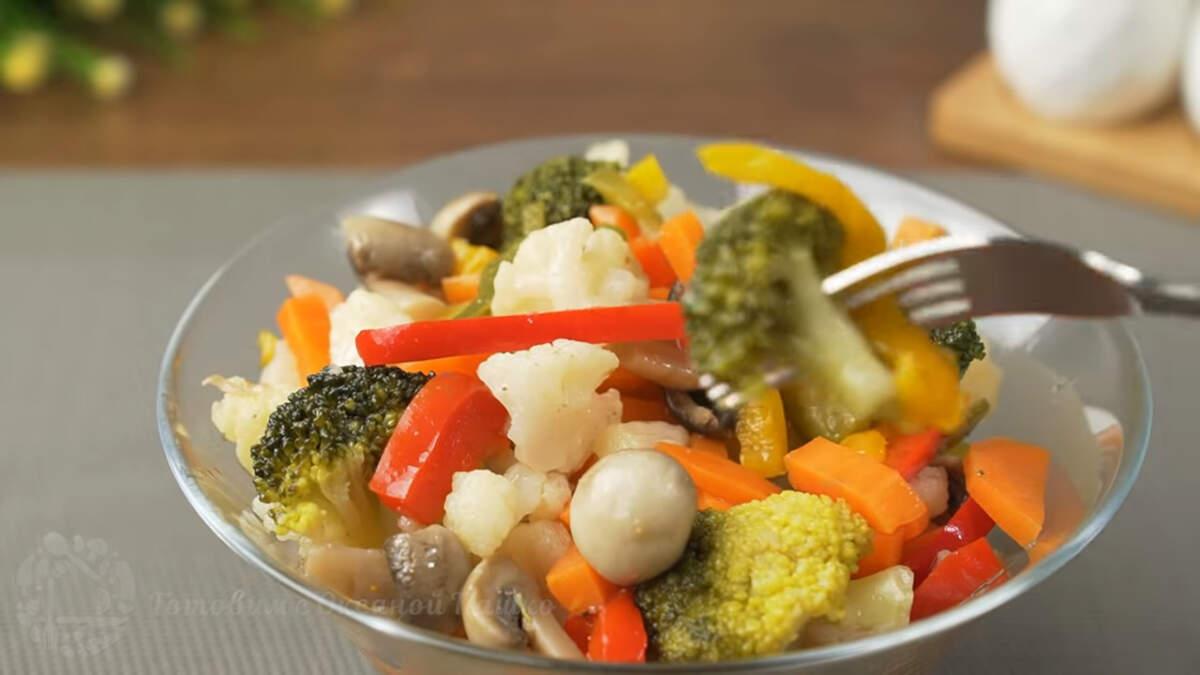 Прошла ночь, маринованные овощи готовы, можно подавать на стол. Маринованные овощи получились очень вкусными и красивыми. Готовятся просто и очень нравятся гостям. Также вместо замороженных овощей можно использовать свежие, но тогда их нужно немного дольше варить. Обязательно их приготовьте, это очень вкусно.