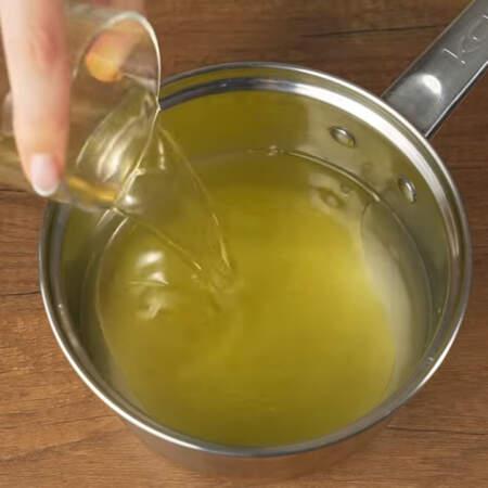 Сначала приготовим маринад. В сотейник наливаем 500 мл воды, насыпаем 150 г сахара, насыпаем 1 ст.л. соли, наливаем 100 мл растительного масла и 100 мл уксуса, я использую яблочный 6%.
