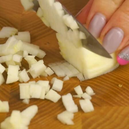 Нарезаем яблоко маленькими кубиками.