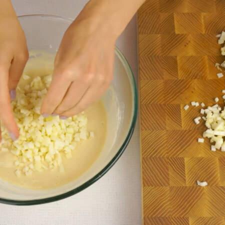 Порезанное яблоко добавляем в тесто