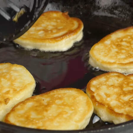 Если при жарке оладьи не будут получаться пышными, то добавьте в тесто еще немного муки.