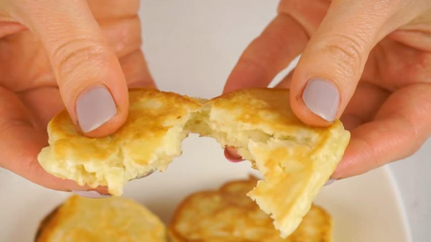 Готовые оладьи подаем на стол в теплом виде. Оладьи получились пышными, нежными и с потрясающим яблочным вкусом. Обязательно их приготовьте.